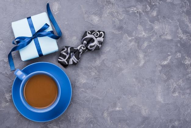 Cadeau de fête des pères avec rubans avec café et noeud papillon