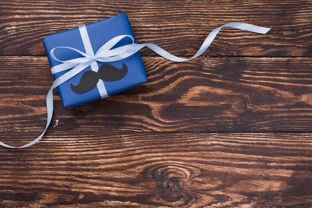 Cadeau de fête des pères avec rubans et copie espace bois