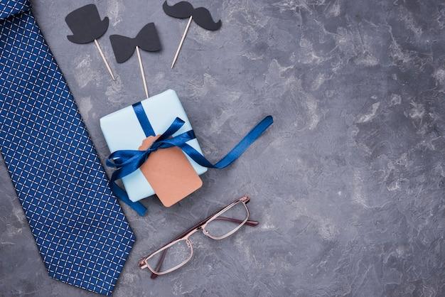 Cadeau de fête des pères avec des rubans à lunettes