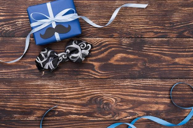 Cadeau de fête des pères avec rubans et noeud papillon