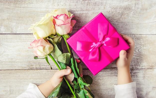 Cadeau et fleurs. mise au point sélective. holideys et événements.