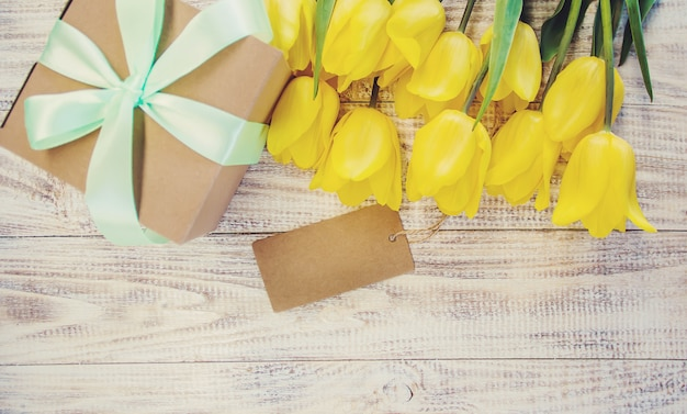 Cadeau et fleurs. mise au point sélective. vacances et événements.