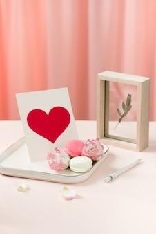 Cadeau avec des fleurs et une tasse de thé - jour d'anniversaire