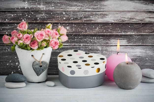 Cadeau en forme de coeur, roses roses en pot de béton avec bougie