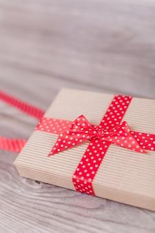 Cadeau marron écologique sur bois