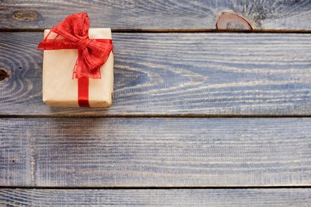 Cadeau de noël attaché par un arc rouge