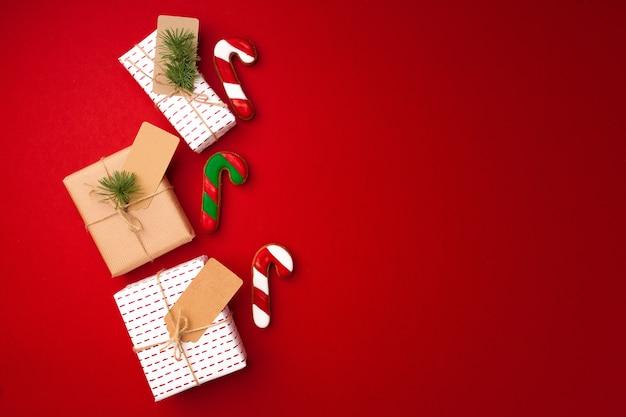Cadeau de noël et biscuits de pain d'épice sur la vue de dessus rouge