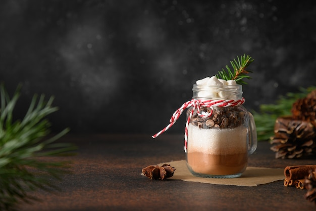 Cadeau de noël comestible fait maison dans un bocal en verre pour faire une boisson au chocolat.