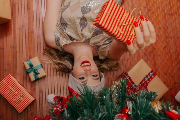 Cadeau de noël composition de vacances festives avec des coffrets cadeaux femme boules de pin
