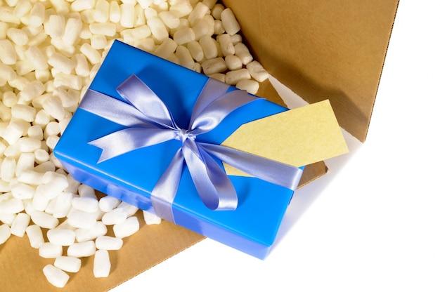 Cadeau de noël dans la boîte de livraison