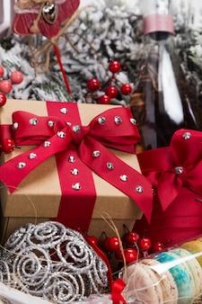 Cadeau de noël dans un panier avec pâtisserie, vin, décoration