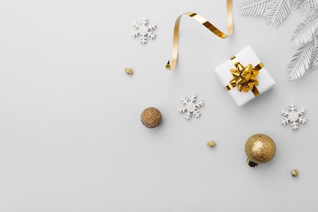 Cadeau de noël avec des décorations en or et des flocons de neige