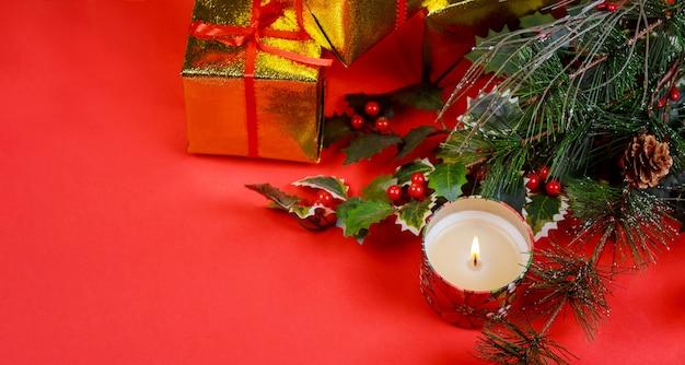 Cadeau de noël avec des décorations de vacances, fond clair