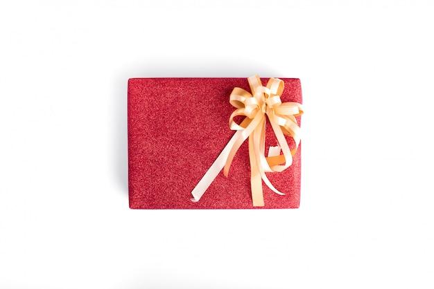 Cadeau de noël avec du papier d'emballage de paillettes rouges et ruban d'or