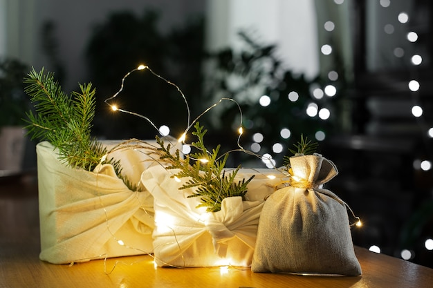 Cadeau de noël. emballage dans des matériaux écologiques avec éclairage