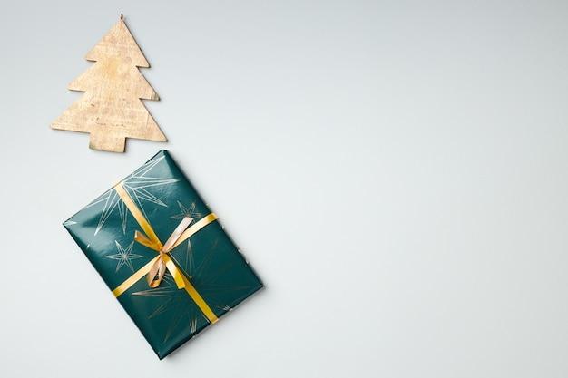 Cadeau de noël emballé dans du papier avec un arc