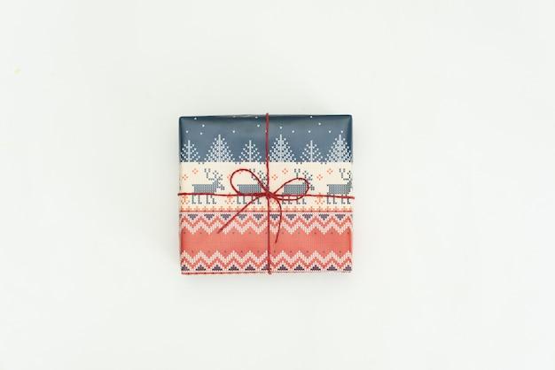 Cadeau de noël enveloppé sur blanc