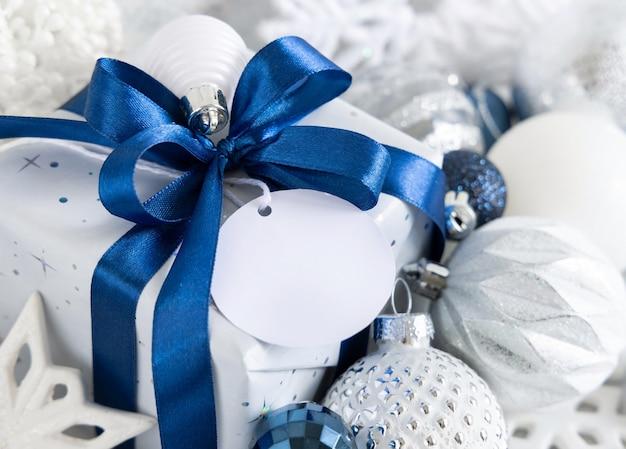 Cadeau de noël avec étiquette cadeau vierge agrandi, maquette