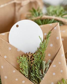 Cadeau de noël avec une étiquette-cadeau vierge ronde se bouchent, maquette