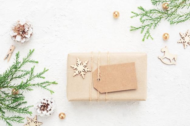 Cadeau de noël avec étiquette vide, décorations du nouvel an sur blanc.