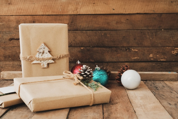 Cadeau de noël fait main avec étiquette pour joyeux noël et nouvel an. coffrets cadeaux artisanaux rustiques.