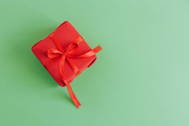 Cadeau de noël sur fond vert