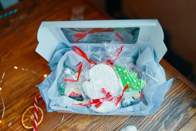 Cadeau de noël pour enfants avec pain d'épice en glaçage de décorations de biscuits et guirlande sur bois ...