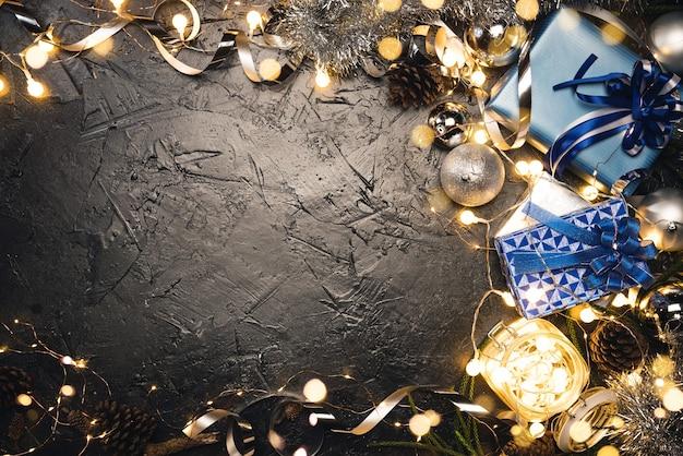 Cadeau de noël avec ruban bleu et boules de décoration de noël