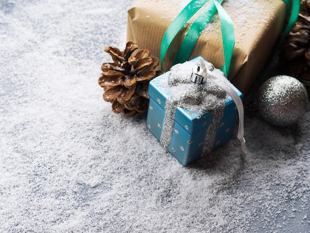 Cadeau de noël avec ruban et neige