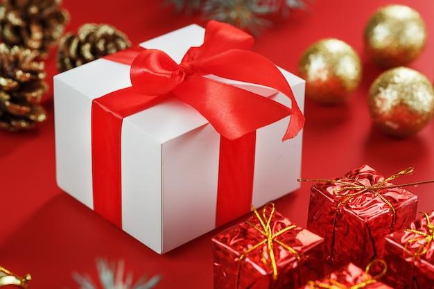 Cadeau de noël sous la forme d'une boîte blanche avec
