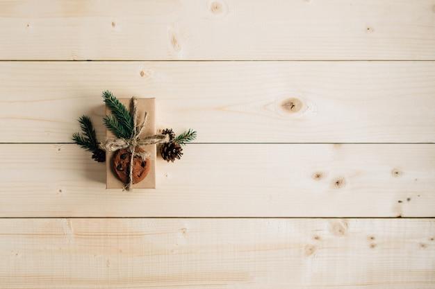 Cadeau de noël sur la table en bois rustique.