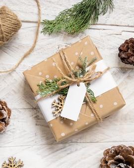 Cadeau de noël avec vue de dessus d'étiquette cadeau vierge, maquette