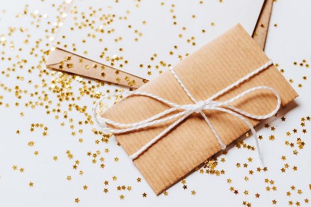 Cadeau et note avec des étoiles scintillantes d'or