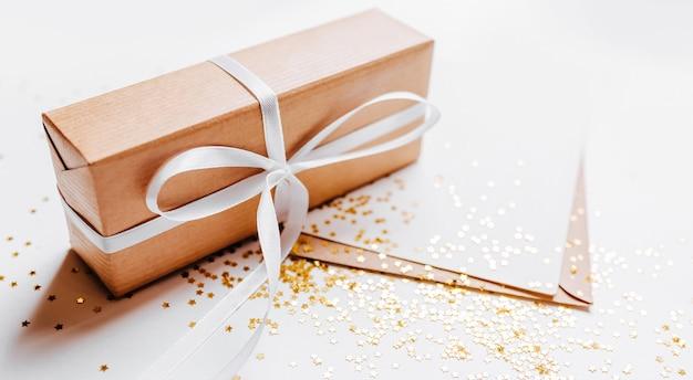 Cadeau et note vierge avec des paillettes d'or