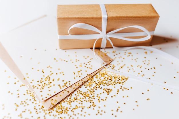 Cadeau et note vierge avec des paillettes