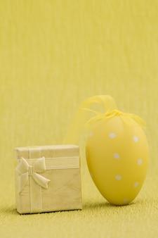 Un cadeau et un oeuf de pâques