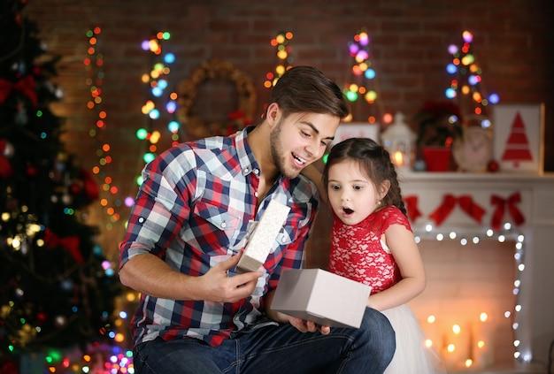 Cadeau d'ouverture de frère aîné et de petite soeur dans le salon de noël