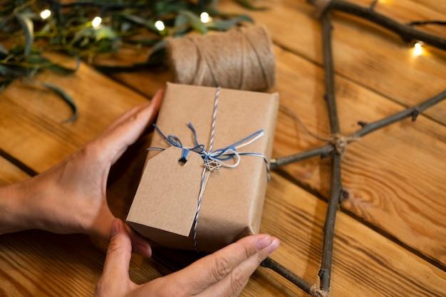 Cadeau de papier emballé happy hanukkah