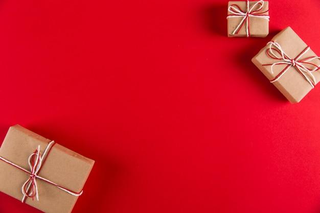 Cadeau de papier kraft et des cordes sur un fond rouge, noël,