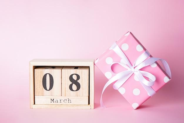 Cadeau plat et calendrier en bois du 8 mars