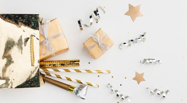Cadeau plat et décorations pour la fête