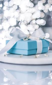 Le cadeau pour elle pendant les vacances de la saint-valentin présente des visuels élégants de concept