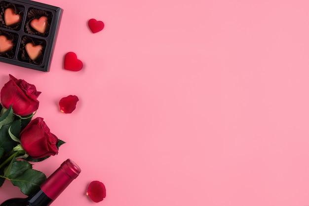 Cadeau de rencontre saint valentin avec concept de vin et rose sur le concept de design de fond rose