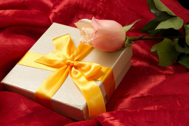 Cadeau avec rose