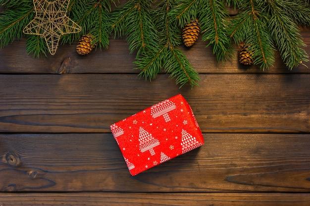 Cadeau rouge sur un fond en bois marron. vue d'en-haut.