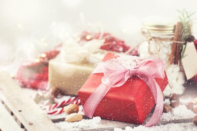 Cadeau rouge avec noeud rose