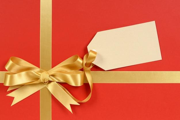 Cadeau rouge et or avec tag ou étiquette vierge
