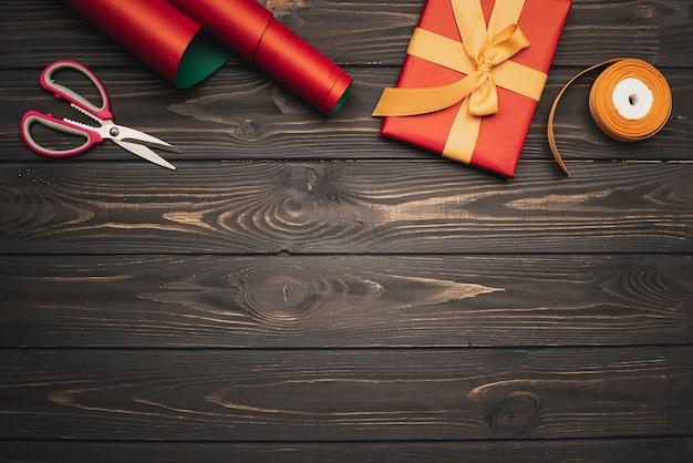 Cadeau avec ruban doré sur fond en bois et espace de copie
