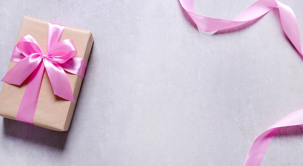 Cadeau avec ruban rose