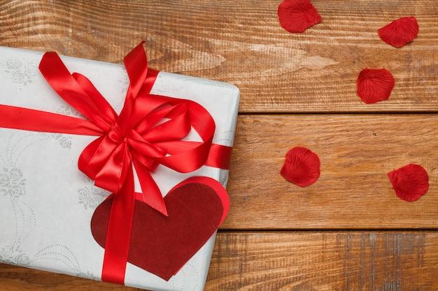 Cadeau de saint valentin et coeurs sur bois